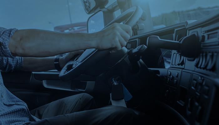 Motorista de frota durante viagem de carro