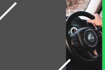 Pessoa com mão no volante
